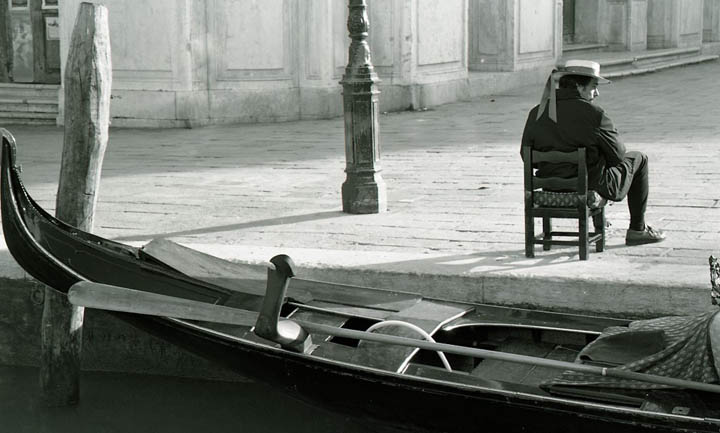 venice-seated-gondolier